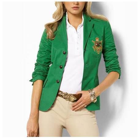 Uma camisa pólo branca é uma peça que se encaixa perfeitamente com trajes  de negócios. Como usá-la  Por dentro de uma saia lápis, calça ou com um  blazer ... a7499c22f2