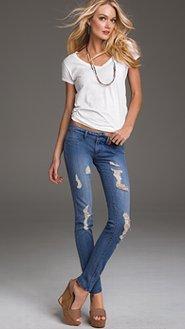como combinar calças jeans rasgadas
