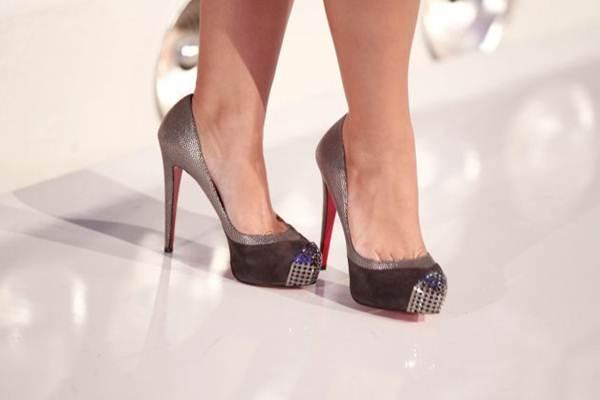famosas com sapatos christian louboutin