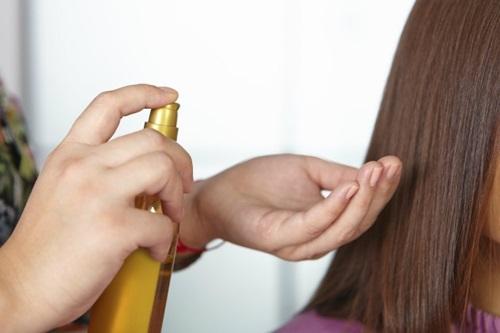 A máscara do cabelo com uma gema de ovo e mel para tirar o xampu ao lavar
