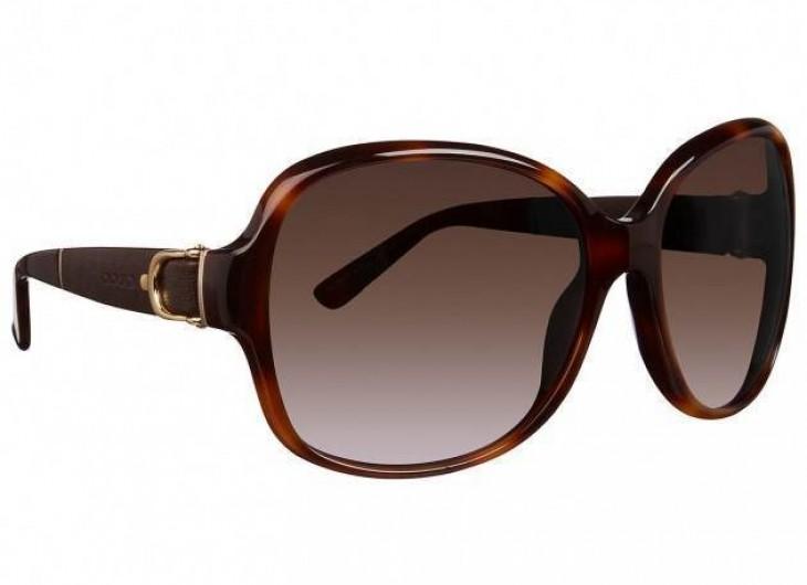 <p>Apesar de nos ajudar a esconder o rosto, estes óculos chamam a atenção. Você usaria este da Gucci que esta na foto? São lindos!</p>