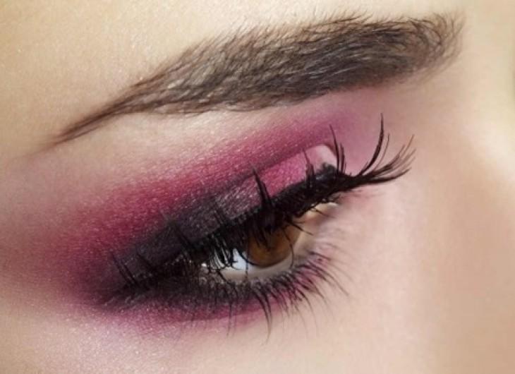 <p>As pessoas com olhos castanhos tem sorte, pois quase todos os tons de cores metálicas de sombras ficam lindas com a cor de seus olhos.</p>