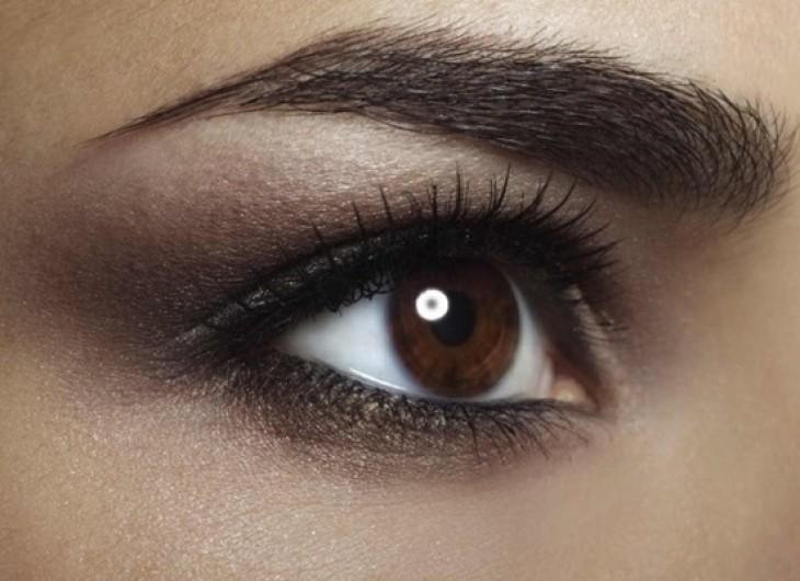 <p>Se você busca um tom muito mais natural para seus olhos castanhos, pode experimentar uma sombra de cor neutra.</p>