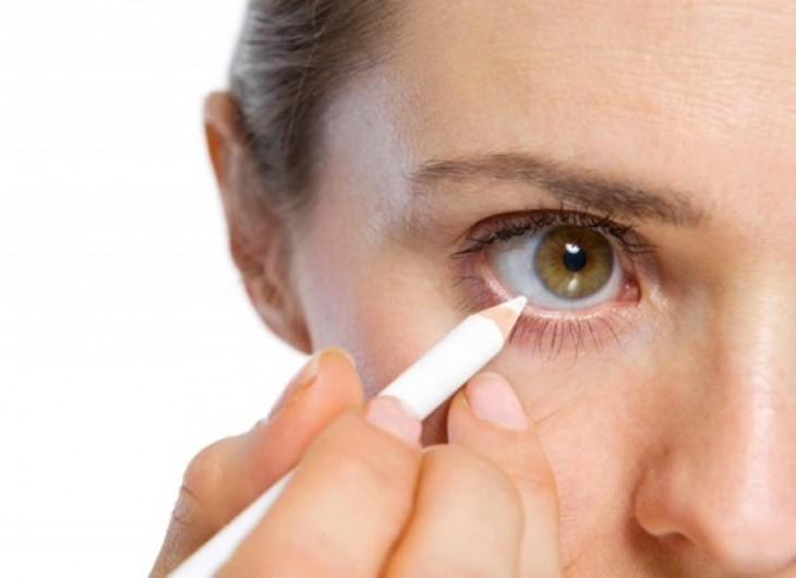 <p>Combinar o delineador branco com sombras metálicas ressaltará a cor de seus olhos.</p>