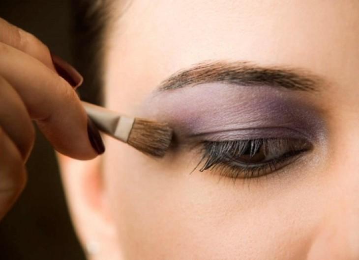 <p>Aposte em combinar cores até conseguir um efeito que ressalte seus olhos castanhos</p>